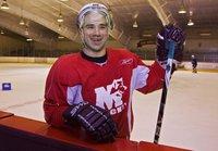Отсидевший в тюрьме хоккеист спас партнера прямо на льду. hockey