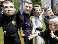 Приехавшие на саммит антиглобалисты ведут себя на удивление