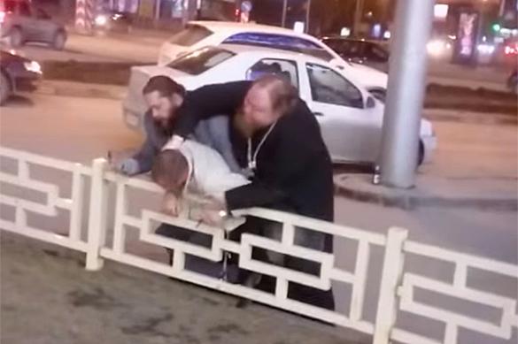 Поп-расстрига отлупил крестом бизнесмена из-за места на парковке