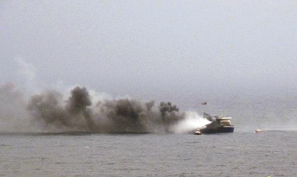 На борту горящего парома остаются 257 человек. ФОТО. На борту горящего парома остается половина пассажиров