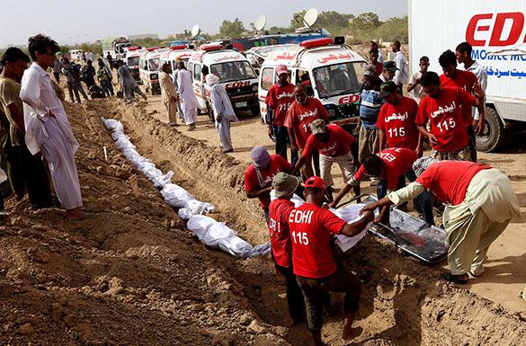 Минздрав Пакисана: Большинство из 1200 жертв аномальной жары в Синде были бездомными и наркоманами. Пакистан, похороны