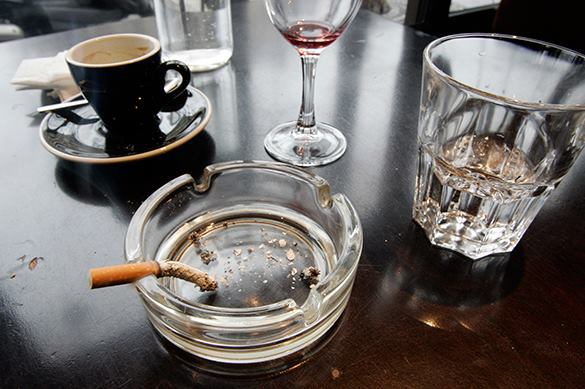 Антитабачный закон: каждый шестой курильщик бросил курить - эксперт. Пепельница