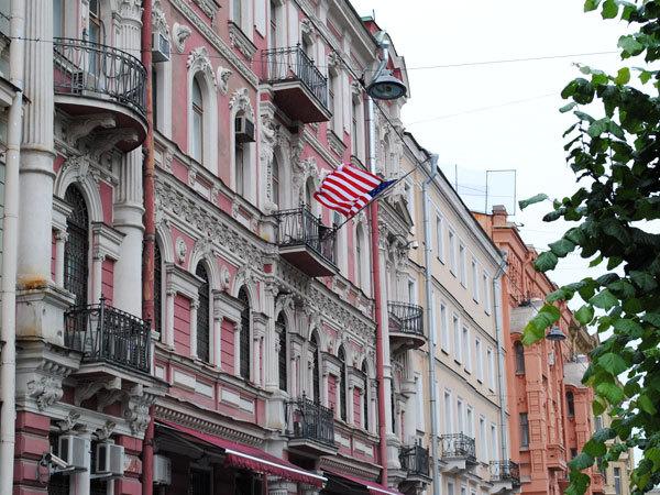 В Петербурге неизвестные запустили в консульство США стакан с краской. В Петербурге неизвестные запустили в консульство США стакан с кр