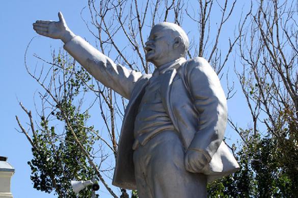 Питерские вандалы надругались над памятником Ленину. 378811.jpeg