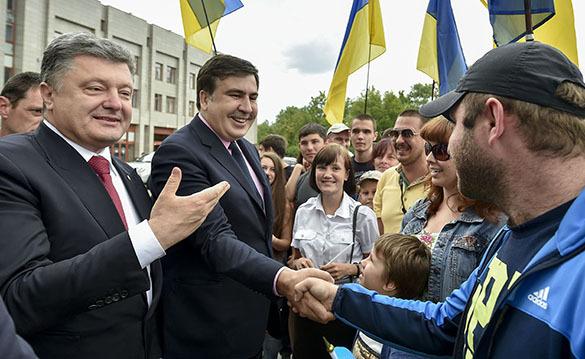 Михаил Саакашвили после назначения губернатором Одессы может потерять гражданство Грузии из-за принятого им же закона. Саакашвили и Порошенко в Одессе