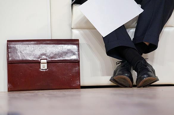 ноги чиновника и портфель