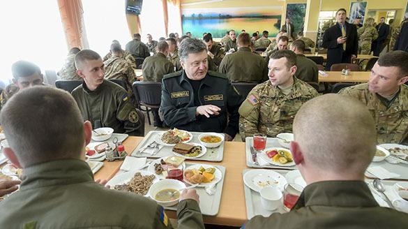 Днепропетровский блогер показал, чем кормят украинских солдат ( видео). Ужин Порошенко