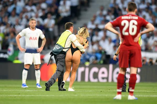 На поле в финале Лиги чемпионов выбежала полуголая девушка. 403825.jpeg
