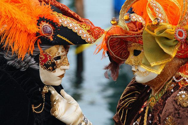 НаВенецианском карнавале заставляют снимать маски вцелях безопасности