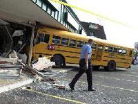 В Огайо два школьных автобуса врезались в парапет