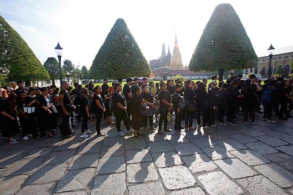 Траур по королю: В Таиланде запретили носить цветную одежду
