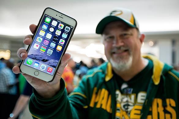 В Петербурге снесли гигантский iPhone