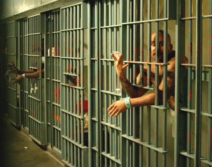 Каскадер Чака Норриса жестоко избил в тюрьме соотечественника-террориста. Заключенный за решеткой