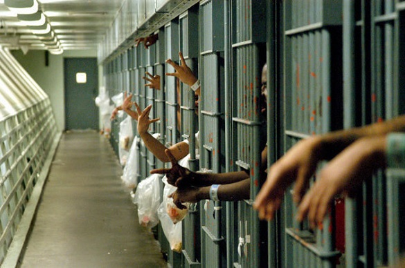 США: Мужчина посажен в тюрьму за эмоциональные слова в адрес полицейских, позволивших умереть его матери. Тюремный коридор с камерами