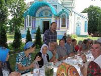 На праздничном обеде в церкви отравились 14 украинцев