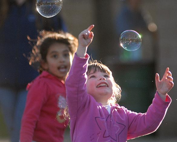В России зафиксирована рекордная рождаемость. Радостные дети и мыльные пузыри