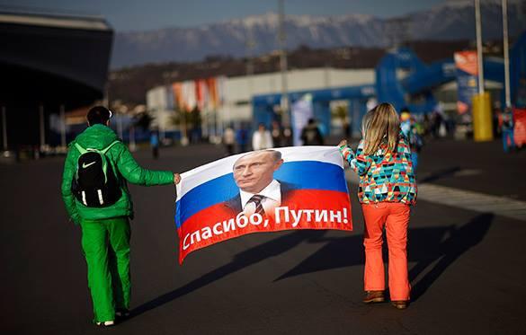 Левада: Большинство россиян требуют собственного пути для страны. плакат Спасибо Путину