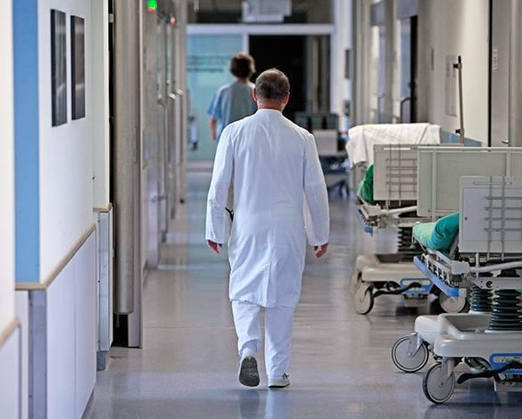 Ученые научились предсказывать рак за 13 лет до начала заболевания. в больнице, врач