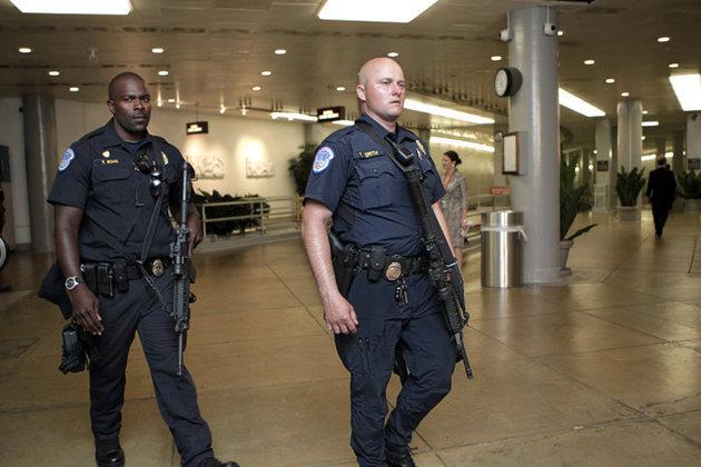 В США в полицейского выстрелили семь раз прямо в участке. 290859.jpeg