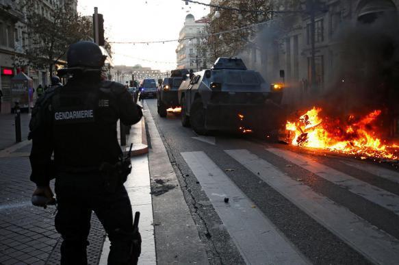 Полиция задержала более 200 участников акции «желтых жилетов» в Париже. 400862.jpeg