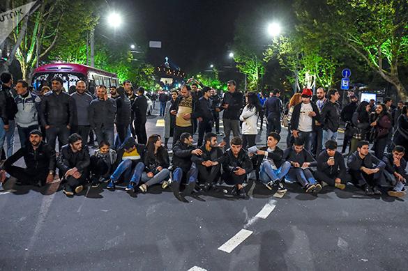 В Ереване протестующие ворвались в здание Общественного радио. В Ереване протестующие ворвались в здание Общественного радио