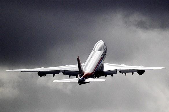 пассажирский самолет улетает вдаль
