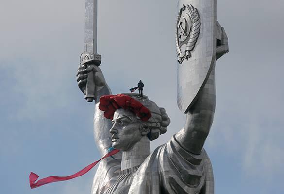 Украинцы клянутся уничтожить все памятники СССР. Даже Бабий Яр. памятники на Украине
