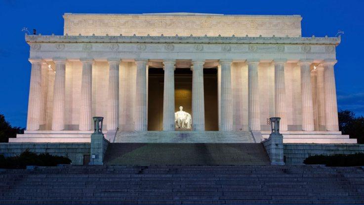 В США вандалы исписали ругательствами памятник Линкольну. В США вандалы исписали ругательствами мемориал Линкольна