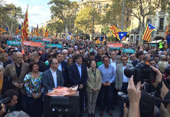 В Барселоне вышли на митинг почти 450 тысяч каталонцев. 377878.jpeg