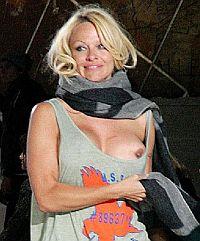 Памела Андерсон потеряла грудь в Париже
