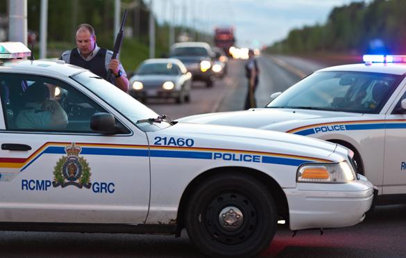 Мужчина в камуфляже застрелил трех полицейских в Канаде и скрылся. В Канаде убиты трое полицейских