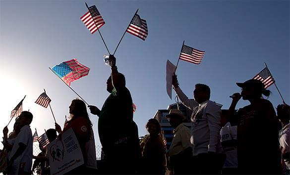 Politico: Скоро в США легализуют групповой брак?!. амеры с флажками