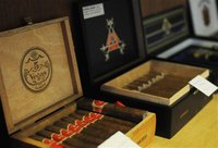 Кубинский мастер скрутил самую большую в мире сигару. cigar
