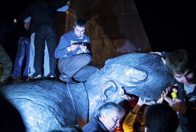 Статую Ленина, снесенную в Харькове, начали продавать по частям в интернете. 299886.jpeg