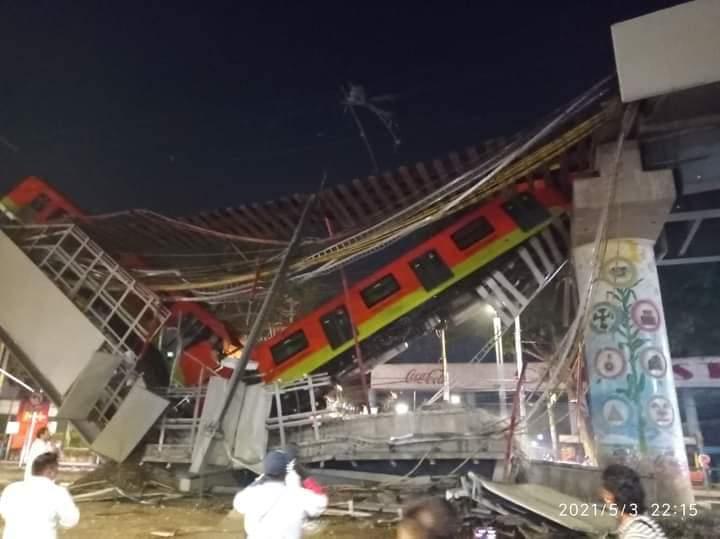 В Мехико обрушилась надземная линия метро: погибли 15 человек