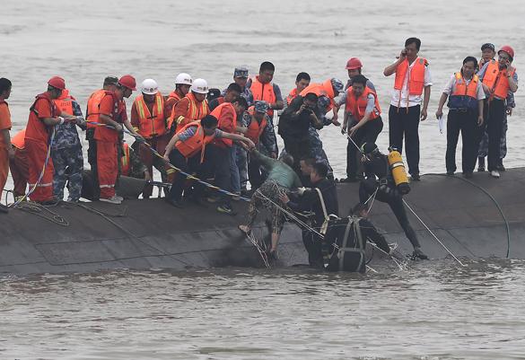 Китай готовит спасение затонувшего парома со стучащими изнутри людьми. Китай готовит спасение затонувшего парома