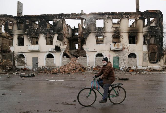 Киев: В законопроекте никакого особого статуса для  ДНР и ЛНР не предвидится. в ДНР, разрушенный дом