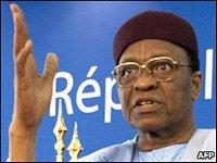 Президента Нигера обвиняют в узурпации власти
