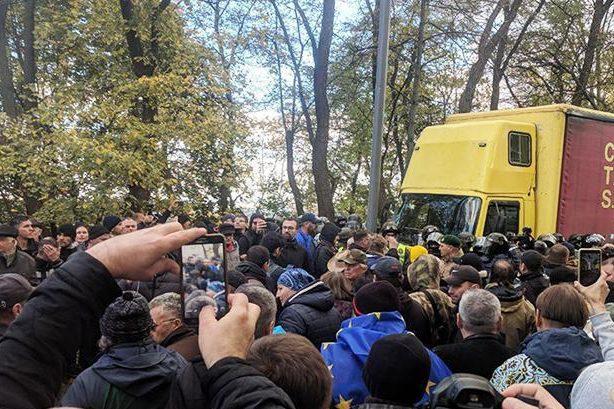 В Киеве у стен Рады произошла потасовка между полицией и митингующими. В Киеве у стен Рады произошла потасовка между полицией и митингу