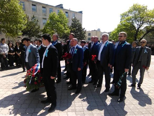Руководители Крыма возложили цветы к мемориалу