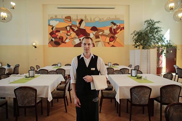 В Сиэтле начали закрываться рестораны: бизнес становится не выгодным. Официант в ресторане
