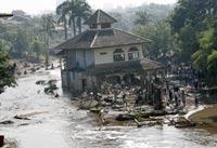 Число погибших при прорыве дамбы в Индонезии достигло 77 человек