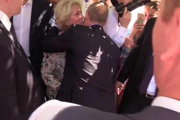 В центре Москвы женщина увидела и расцеловала Путина. 371919.jpeg