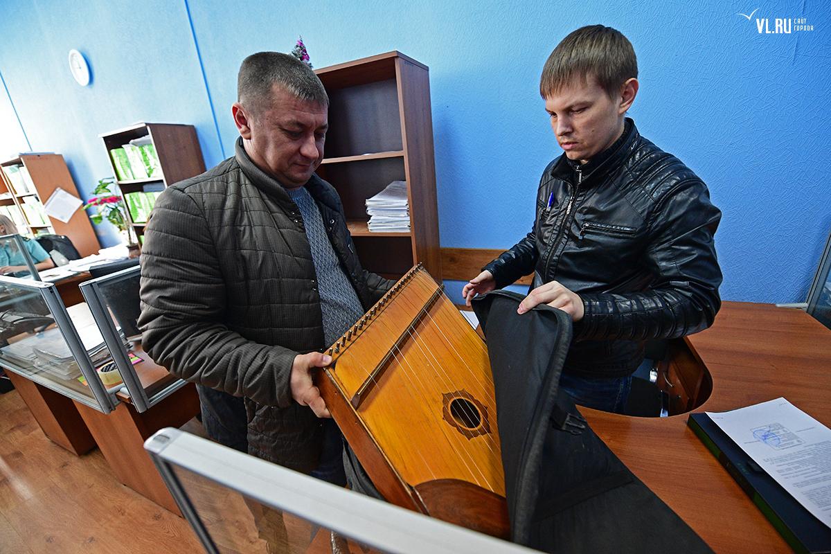 Во Владивостоке у алиментщика арестовали гусли и мобильный телефон. Во Владивостоке у алиментщика арестовали гусли и мобильный телеф