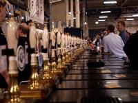 Посетителей британских пабов построят за пивом в очередь