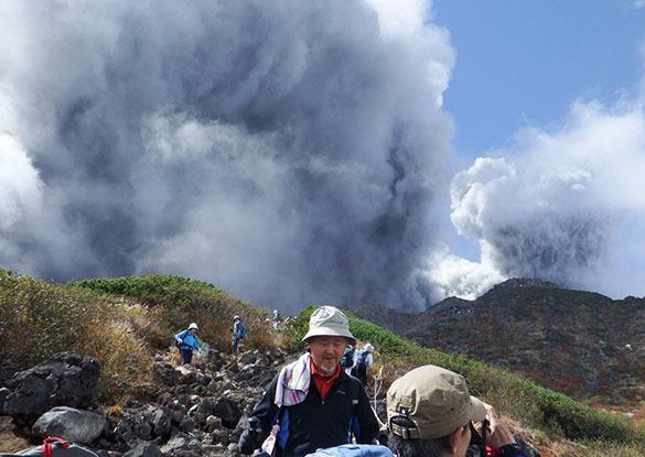 Десятки альпинистов погибли рядом с вулканом в Японии. В Японии у вулкана погибли десятки туристов