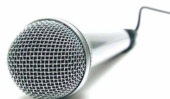 Мэр техасского города забыл выключить микрофон, когда пошел в туалет, и чуть не сорвал важное заседание. ВИДЕО. микрофон