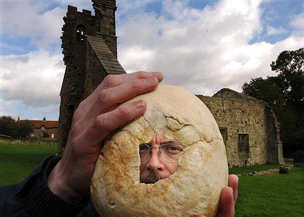 Археолог Саймон Мэйс держит череп, найденный в Уорэм-Перси