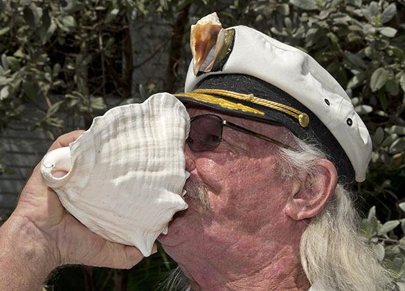 Дружно дуем в раковины: в Ки-Уэст (Флорида) снова запел рог. Конкурсант Эдди Уэбб, 64 года