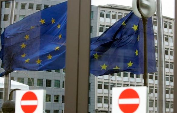 """Лидеры Евросоюза хотят создать коалицию по противодействию """"российской пропаганде"""". флаги ЕС в окне"""